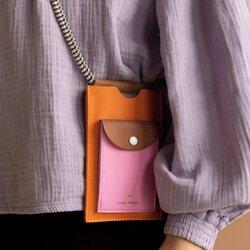 Si llevas tiempo siguiéndonos, ya conocerás nuestro porta móvil estrella ,este que nos tiene loquitas por lo bonito y útil que es 😍 El de la foto es el de tamaño XL pensado para llevar un móvil grande, unas tarjetas y una poca calderilla. Y lista para dar un paseo  ligera de equipaje o lo que te apetezca. . ¿Qué modelo es tu favorito?  Si tu favorito es el verde 💚  Si tu favorito es el naranja 🧡 . . #verdedoncellabolsos #verdedoncellatopseller #pequeñocomercio #stickylemon #portamovil #polipiel #modasostenible #bolsopequeño #regalosdiadelamadre #topventas #diadelamadre #regalosoriginales #regalosmujer #regaloschica #regalospracticos #bonitoyoriginal