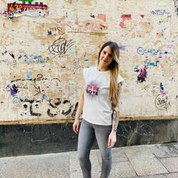 Nuestra calle me encanta 😍 Lástima que no tengamos las mejores paredes para enseñaros nuestros looks. Esta, un poco punky, es mi favorita.  #verdedoncellaropa #outfit #fashion #todayilookfantastic #pequeñocomercio #ventaonline #modaespañola #modafashion  #modamujer #camisetaalgodon #camisetaminueto #minuetospain #minueto