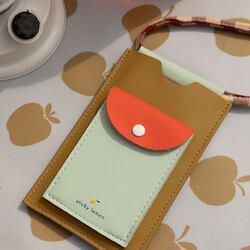 De los nuevos modelos de porta móvil de  Sticky Lemon… ¿Cuál es tu favorito? El ve rde, el marrón o el lila. . . . Porta móvil de tamaño grande, tiene un monedero por delante y tres ranuras por detrás para tarjetas. #stickylemon #portamovil #bolsoparamovil #bolsomini #vegano #bolsovegano #regalooriginal