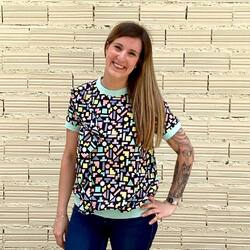 El top Ines es súper versátil. Lo mismo lo puedes llevar con un bolso y un pantalón negro en plan formal, como le puedes meter una mochila y unos vaqueros. . ¿Qué rollo va más contigo? . . . #verdedoncellaropa #minueto #topversatil #blusa #estampadogeometrico #disasterdesigns #stickylemon #modaespañola #modahappy #mochilaimpermeable #mochilamujer #mochilapequeña #ventaonline