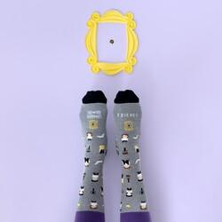 Hay quien piensa, y estamos completamente de acuerdo, que esta es una de las mejores series de la historia. Cuéntanos... ¿A quién regalarías estos calcetines? . . Tenemos talla para chico y para chica. . #verdedoncellaregalos #regalosconmensaje #calcetinesalgodon #regalosoriginales #regalosmolones #calcetinesconmensaje #regalochico #regalochica #siempreamigos #friends #regaloamigo #r#regaloamiga #regalobarato