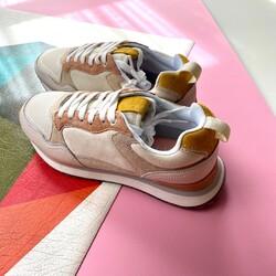 ¿Has visto la nueva colección de Hoff? Estas son las Toulouse, una de mis favoritas, combinan con todo y las puedo usar todo el año. . . Por cierto, un truqui muy guay para que tus zapatillas Hoff parezcan otras es cambiarles el color de los cordones. 😉 . . #verdedoncellazapatillas #zapatillasmujer #sneakermujer #sneakeraddict #sneakernews #zapatillashoff #hoffbrand #hoff #tendencias2021 #modaotoño #outfit #zapatillaspiel #zapatillascomodas