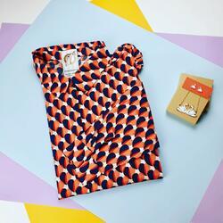 ¿La camisa por dentro o por fuera? ¿Cómo te gusta más? 👕   Yo desde que descubrí los pantalones de tiro alto, me gusta más llevarlas por dentro, estiliza y marca cintura. Haz la prueba con una de tus camisas a ver como te ves. . Camisa de Compañía Fantástica -45%.  Queda solo 1 XL👆 .  #verdedoncellaropa # #tiendaonline #pequeñocomercio   #todaysoutfit #lookoftheday #lookstyle #modahappy #ventaonline #bisuteriadivertida #pendientescisne #colgantecisne #camisacompañiafantastica #estampadocorazones #rebajas #ultimastallas #tallaxl