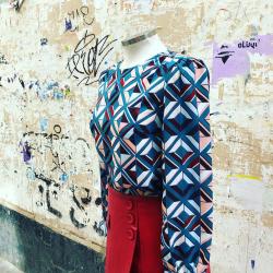 LOOK ENA. Estamos encantadas con esta falda porque es super combinable.¿Qué os parece con este top? Si fuese para ti ¿de qué color serían las medias?  #verdedoncellaonline #verdedoncellalooks #pequeñocomercio #ultimastallas #outfitoftheday #lookoftheday #lookotoño #nuevacoleccion #nuevatemporada #tendencias2020 #faldapolipiel #topgeometrico #estampadosoriginales