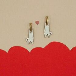 """Hoy es el día internacional del gato.😻 ¿Alguna """"loca"""" de los gatos,como nosotras, en la sala? 🙌🏻 Este post esta dedicado a ti y a tu peludita debilidad. ¡Espero que te guste! . . Bisutería de madera. Libre de níquel, hecha en España.  #verdedoncellabisuteria #ventaonline #pequeñocomercio #bisuteriahechaenespaña #hechoenespaña #madeinspain #bisuteriaartesanal #pendientesgatos #bisuterialigera #bisuteriamadera #amorgatuno"""