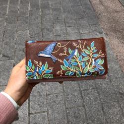 Buenos días!!! 🌞 hemos recibido un montón de billeteras tan bonitas como esta. Las puedes ver en nuestra tienda online. Tenéis el enlace en la biografía. Feliz martes!!! #verdedoncellabilleterosymonederos #pequeñocomercio #regalosoriginales #billeterasoriginales #lookoftheday #disasterdesigns