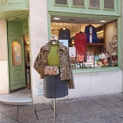 En Verde Doncella ya hemos empezado las Segundas Rebajas: Minueto -40%, Compañía Fantástica- 50%, Hoff hasta un 45%… Esto se esta poniendo irresistible 🙌🏻  Te pongo a prueba  ¿De qué marca es la chaqueta?  Y no vale ver primero la etiqueta 😉  #verdedoncellalook #pequeñocomercio #minueto #faldavaquera #riñonera #abrigopeluche #compañiafantastica #outfit #segundasrebajas #modaespañola
